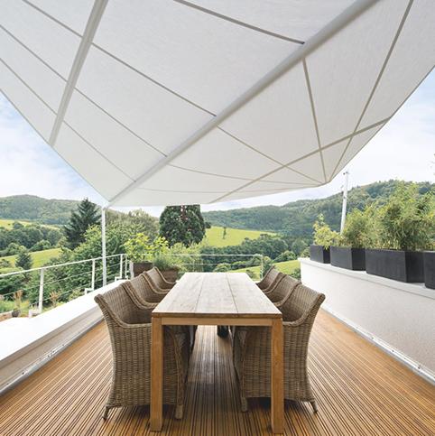 Ein Tisch mit Stühlen unter einem Sonnensegel